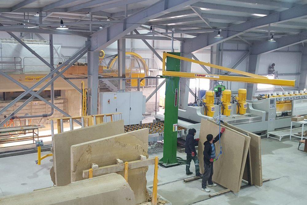Завод по переработке известняка-ракушечника площадью 2600 кв.м. оснащен оборудованием ведущих мировых компаний в области камнеобработки, а именно  Итальянских компаний – SIMEC S.p.A., METALGROUP s.r.l., CONSTRUCTOR  S.p.A.
