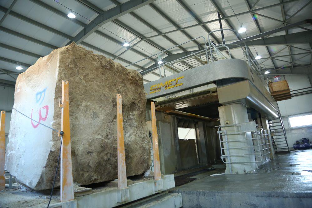 Распил производится многопильным штрипсовым камнерезательным станком марки Sfera 800/80 производства компании SIMEC S.p.A потребляемой мощностью 146 кВт.